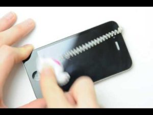 iPhoneに装着したまま使える液晶クリーナー